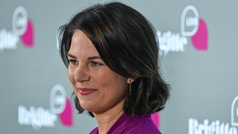 Nach ihrer Nominierung als Kanzlerkandidatin, die im April stattfand, habe sie erlebt, dass bewusst falsche Behauptungen über sie in die Welt gesetzt worden seien, sagte Baerbock.