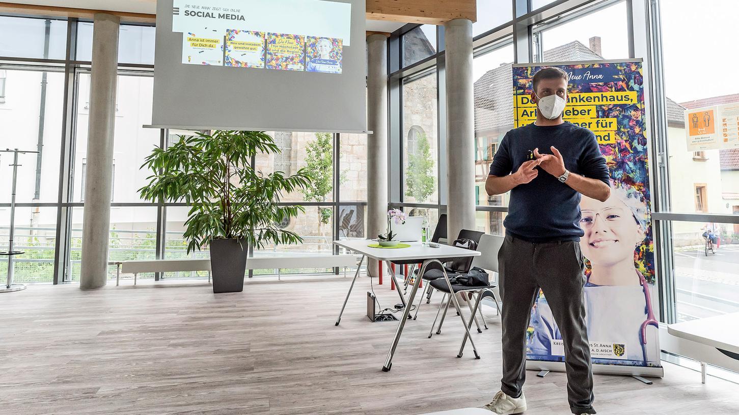 Bastian Perlitz, Chef der Fürther Werbeagentur Kontext, stellt im Höchstadter Kreiskrankenhaus Sankt Anna die Imagekampagne