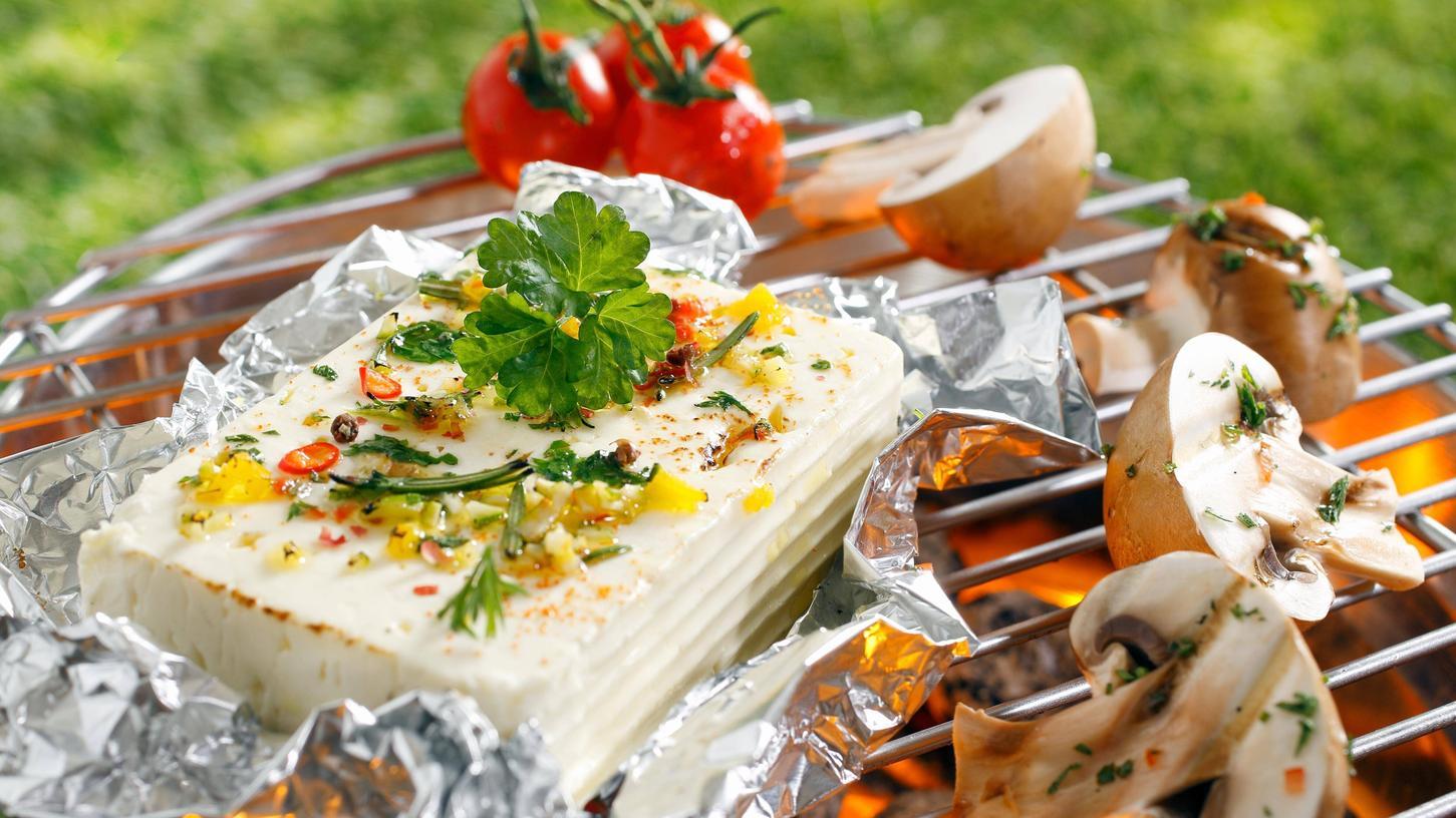 Ob vom Grill, als Salat-Zutat oder als Creme auf dem Brot: Feta lässt sich in vielen Variationen genießen. Im Vergleich zu vielen anderen Käsesorten hat er bis zu einem Drittel weniger Kalorien.