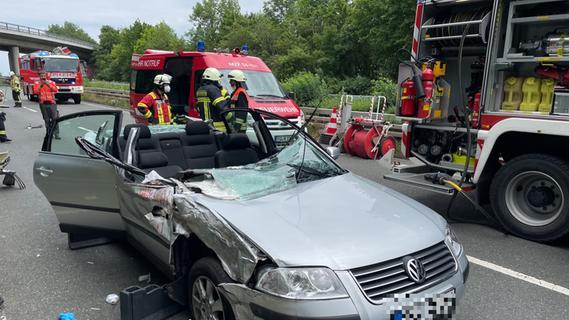 Unfall auf B8: VW prallt gegen Abschleppwagen - Beifahrer eingeklemmt