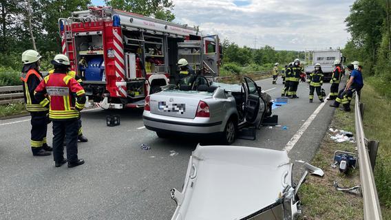 VW prallt gegen Pannenfahrzeug: Zwei Verletzte auf B8 bei Fürth