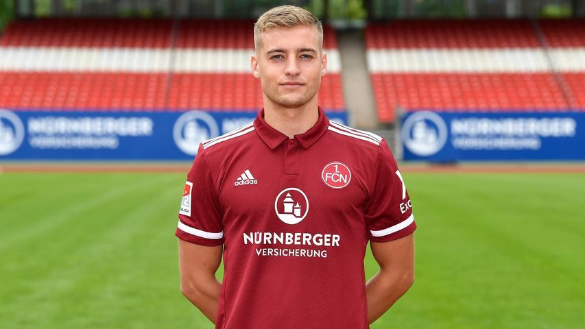 Als sie einst bei der Nürnberger U21 einen linken Verteidiger suchten, meldete sich: Fabian Nürnberger. Der war zwar nur Linksfuß und hatte nie als Linksverteidiger gespielt in seiner Zeit im norddeutschen Jugendfußball, aber das fiel am Valznerweiher nicht weiter auf. Nürnberger durfte bleiben, wurde Profi – und klärte die Notlüge auf. Jetzt ist der Club zwar auf Linksverteidiger-Suche, Nürnberger aber auf der linken Seite der Mittelfeldraute zu wichtig geworden. Eine Position, die er auch in der Jugend schon gespielt hat. Sagt er.