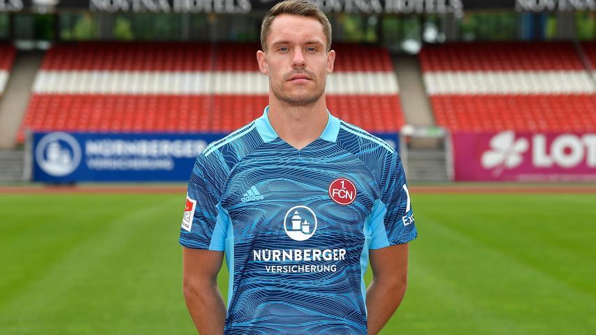 Unterschrieb einen Fünfjahres-Vertrag beim 1. FC Nürnberg, als die Menschen in Nürnberg und Umgebung unter dem Eindruck des Abstiegs aus der ersten Liga dachten, dass der Torwart alleine so etwas wie Erstliga-Format verkörpert. Als dann alle am Zweitliga-Format der Mannschaft zu zweifeln begannen, nahm das Mathenia nicht mehr aus. Der Fünfjahres-Vertrag schien auf einmal einigermaßen verrückt. Mathenia ließ sich von der Diskussion beeindrucken, spielte nicht mehr allzu souverän, geht jetzt aber trotzdem in seine vierte Spielzeit als Stammtorwart des Clubs.