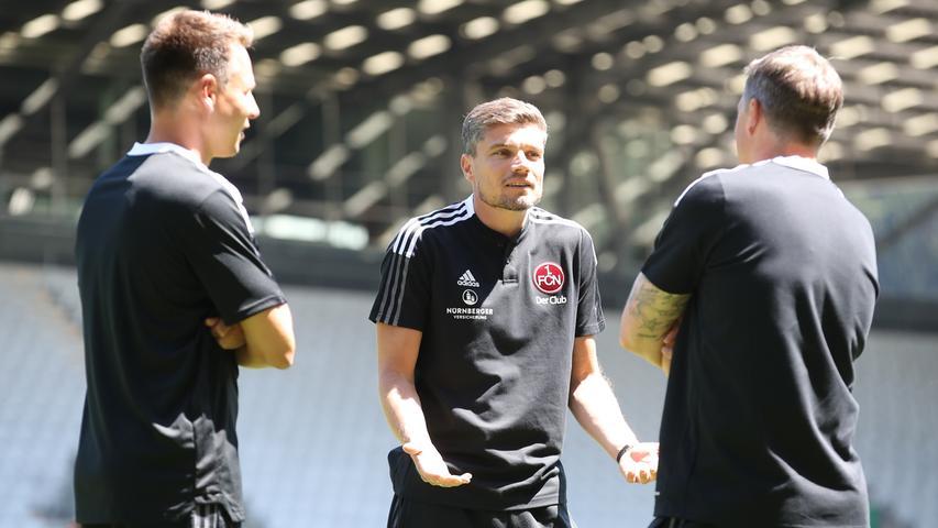 Trainer Robert Klauß hat bereits vor dem Spiel einiges mit seinem Staff zu diskutieren.