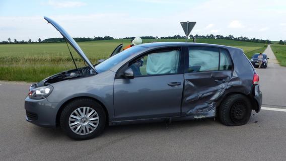 Schwerer Verkehrsunfall bei Freystadt: VW-Fahrer kollidiert mit Mercedes