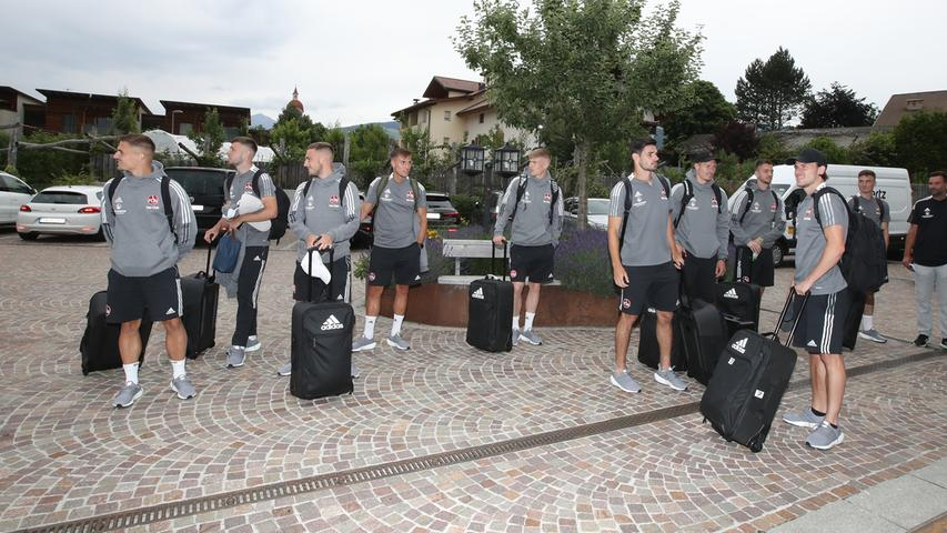 03.07.2020 --- Fussball - 2. Bundesliga - Saison 2021 2022 --- 1. FC Nürnberg FCN Club --- Trainingslager Natz-Schabs ( Natz ) --- Foto: Sportfoto Zink/Daniel Marr/  ---   Mannschaft / Team des FCN vor dem Hotel Jonathan