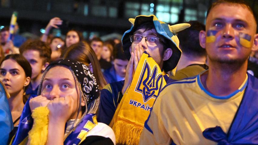U wie Ukraine: Das Team hat bei uns einen ganz dicken Stein im Brett. Es hilft uns nämlich in unserer Not mit zwei besonders herausfordernden Buchstaben, dem Y und dem Z. Beim Y gleich doppelt mit Yarmolenko und Yaremschuk, den beiden Stürmern, beim Z mit Zinchenko. Aber dazu die Tage mehr. Jetzt gilt es Abschied nehmen von einer Mannschaft, die uns zwar keine rauschenden Fußballabende geschenkt, die aber aus ihren Möglichkeiten immerhin das Viertelfinale gemacht hat. Das kann nicht jeder von sich sagen. Respekt! Und: Wir sehen uns nochmal, ihr ukrainischen Freunde! Beim Y und dem Z.