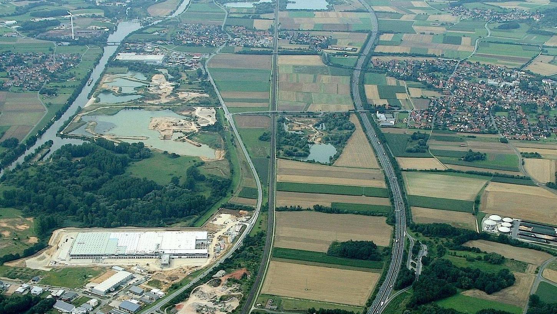 Unser Archivbild von 2014 zeigt links die Baustelle des Lidl–Logistikzentrums, rechts die Biogasanlage Eggolsheim. Dazwischen soll die Tank- und Rastanlage gebaut werden, die in Eggolsheim eigentlich niemand haben will.