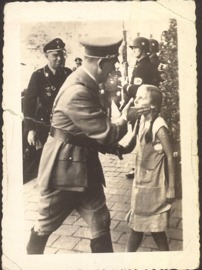 Hitler vor dem Hotel Deutscher Hof: Der Bruder des abgebildeten Mädchens hat das Foto im Vorjahr dem Dokuzentrum geschenkt.
