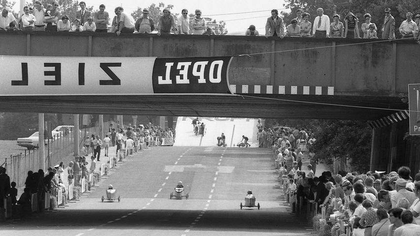 Knapp 60 Jungen im Alter von sieben bis 16 Jahren stritten gestern auf der Zeppelinstraße um die diesjährige Nürnberger Meisterschaft im Seifenkisten-Fahren.Hier geht es zumKalenderblatt vom6. Juli 1971: Mit Haas ging's per Seifenkiste bergab.