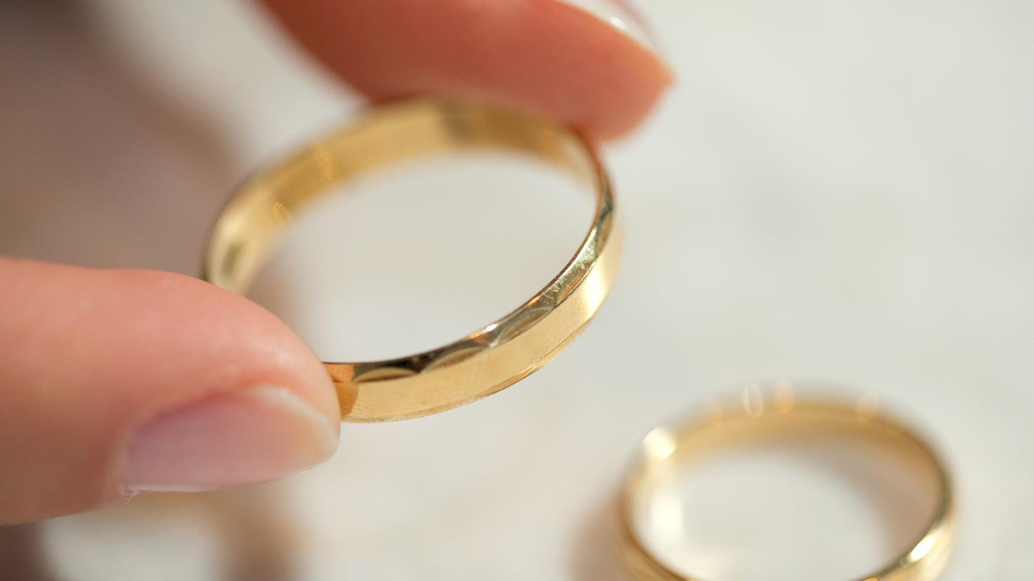 Goldfund nach 50 Jahren: Zur Goldenen Hochzeit erhält ein Mann aus Oberbayern seinen Ehering zurück. (Symbolbild)