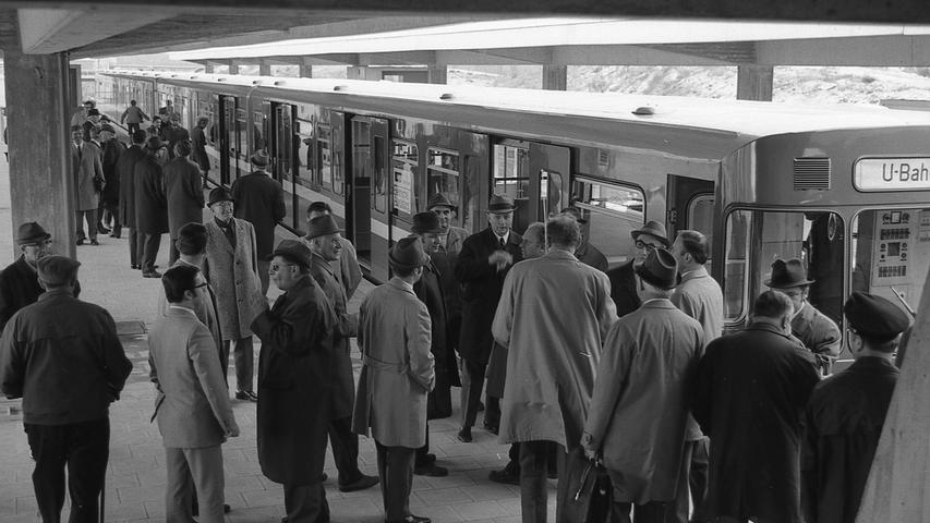 """Nürnbergs U-Bahn: ein echtes Prestigeprojekt, das aber auch prestigeträchtige Preise mitbringt.Hier geht es zumKalenderblatt vom7. Juli 1971: Bauausschuß staunt über teure """"U-Bahn-Möbel"""""""