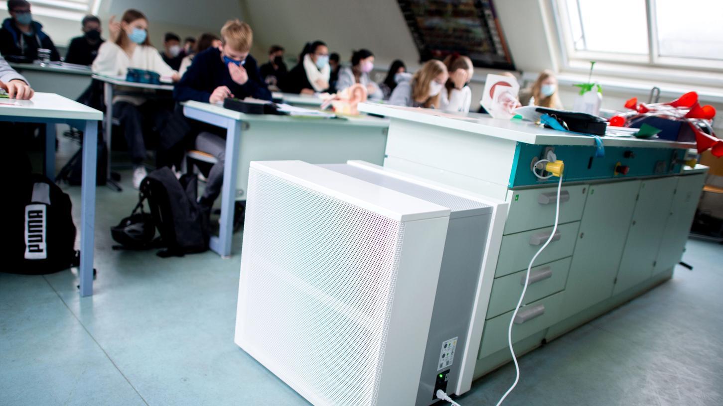 Ein Luftfiltergerät steht in einem Fachraum eines Gymnasiums. Es soll den Luftaustausch im Klassenzimmer optimieren.