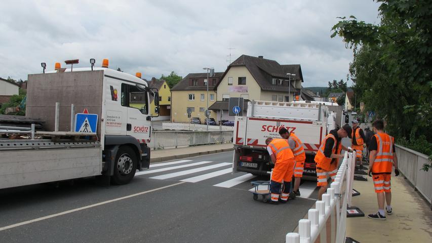 Am Montagmorgen wurde die Brücke abgesperrt und der Gehweg, der bis Anfang August noch auf der Brücke entlang führt, mit Absperrungen von der Fahrbahn getrennt.
