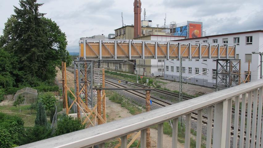 Ab dem 10. August soll die Behelfsbrücke geöffnet werden. Fußgänger und (schiebende) Radfahrer können dann darauf die Schienen überqueren.