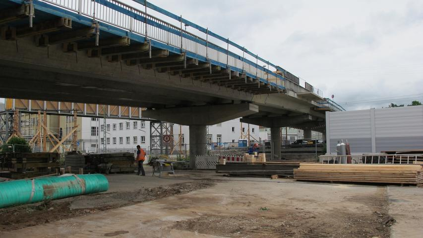 Parallel dazu soll der Gehweg auf der Südseite der Brücke abgebrochen werden.