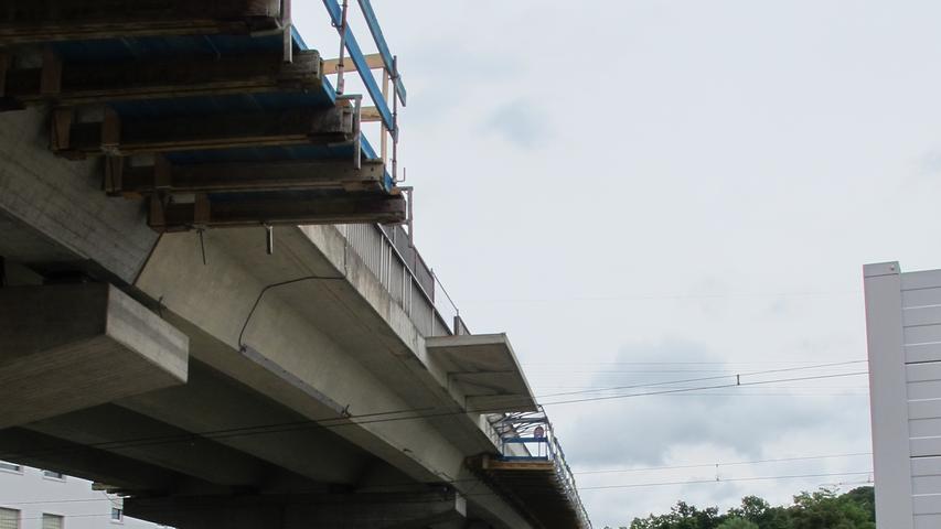Damit beim Abriss nichts nach unten kracht, wurde eine Holzkonstruktion als Absturzsicherung unterhalb des Zauns angebracht.