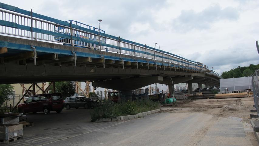 Spannend wird es Ende August, Anfang September: Dannwerden die drei mittleren Abschnitte der Brücke inklusive Betonpfosten abgerissen. Pro Abschnitt fallen 22 Meter Brückenkonstruktion, insgesamt wird die Piastenbrücke damit auf 66 Metern Länge erneuert.