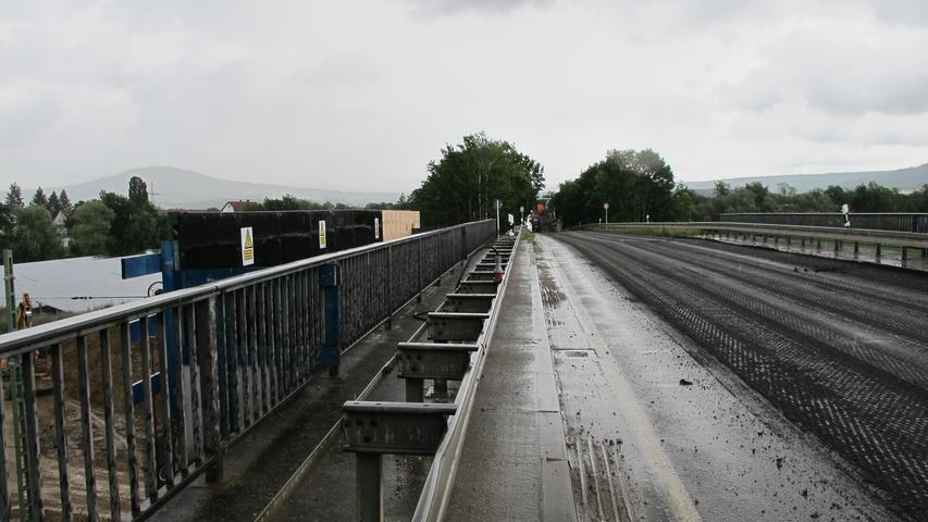 Bis November der Straßenbelag, Schutzplanken und Kappen, sprich Gehwege, erneuert, teilt die Bahn mit.