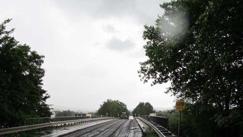 Parallel zum Bau der Piastenbrücke haben bei Eggolsheim die Arbeiten an der Bahnüberführung entlang der FO4 begonnen.