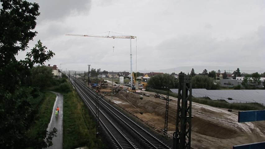 Bauarbeiten auf dem Abschnitt zwischen Forchheim und Bamberg laufen bereits seit 2019. Auf 13,6 Kilometern Strecke entstehen zwei neue Gleise, auf denen Fernverkehrszüge künftig bis zu 230 km/h fahren können. S-Bahnen, Regional- und Güterzüge sollen auf den beiden bestehenden Gleisen, die ebenfalls erneuert werden, mit maximal 160 km/h fahren. Zusätzlich entstehen auf neun Kilometern Schallschutzwände.