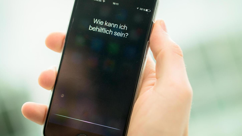 Digitale Alltagshelfer: Sprachassistenten, wie hier auf einem Smartphone, sollen uns das Leben erleichtern. Müssen sie deswegen auch unsere Gefühlslagen analysieren können?