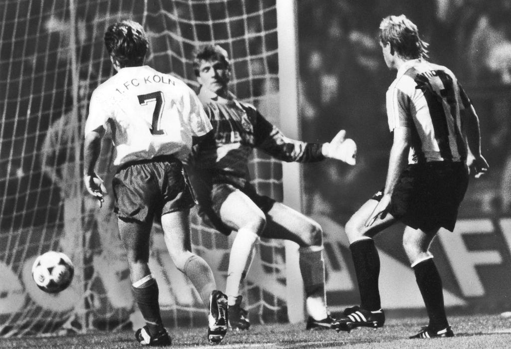 Dieter Eckstein, der hier FC-Schlussmann Bodo Illgner - gleichbedeutend mit dem 4:0 - keine Abwehrchance lässt. war beim klaren Heimtriumph des FCN 1991 einer der Aktivposten auf Nürnberger Seite.