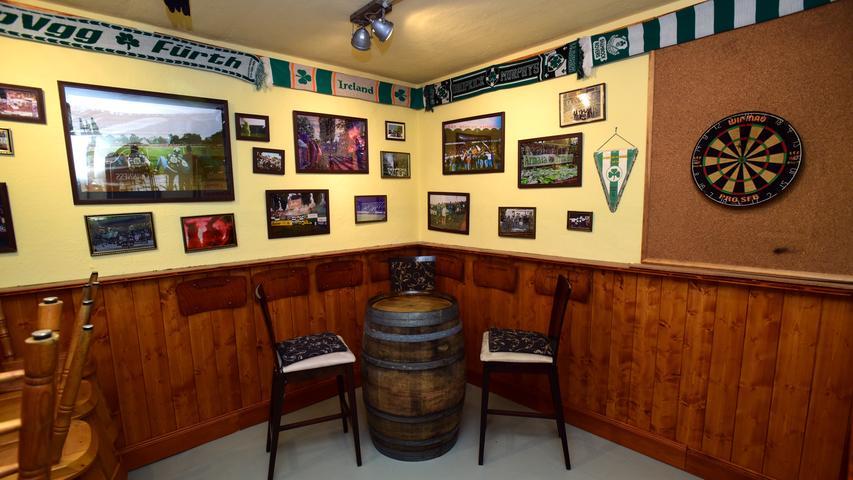 Die ehemaligen Schlaf- und Lagerräume haben die Sportfreunde und ihre Freunde in mühevoller Kleinarbeit umgebaut und detailverliebt gestaltet. Ein Raum wurde einem Irish Pub inklusive Dartscheibe und Holzvertäfelung nachempfunden. Er soll auch an die erste Kneipe der Fans in der Erlanger Straße erinnern.