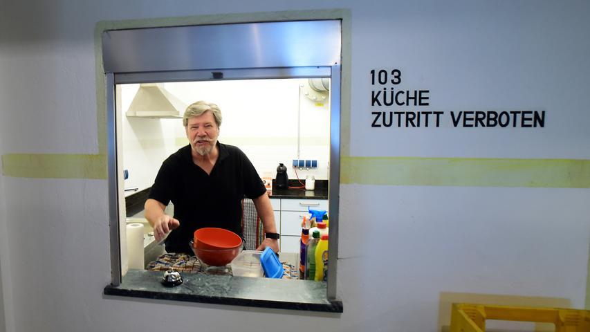 Zutritt veboten: Das galt damals - und es gilt heute. Darüber wacht unter anderem Vorstand Dieter Wirth. Gekocht werden darf hier übrigens nicht, die Fans dürfen nur Speisen aufwärmen.