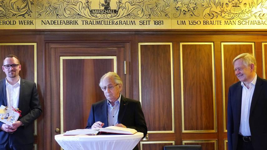 Eintrag ins Goldene Buch:Links Schwabachs Oberbürgermeister Peter Reiß, rechts Karl Freller.