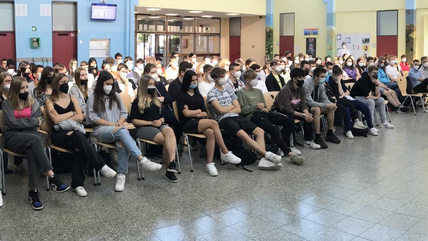 Man hätte eine Stecknadel fallen hören. Mucksmäuschenstill verfolgten die Schwabacher Schülerinnen und Schüler den Vortrag des Holocaust-Überlebenden.