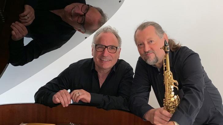 Volkmar Studtrucker (links) und Markus Rießbeck stellenam Sonntag, 1. August 2021, in derLiebfrauenhauskirche die Studtrucker-CD