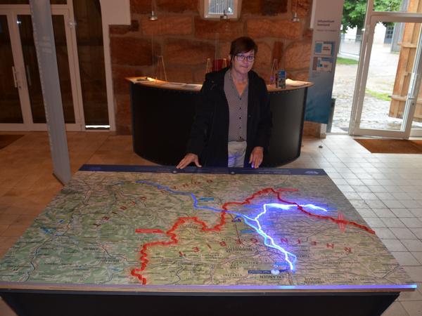 Wasser vom Süden in den Norden: Helga Pfitzinger-Schiele, die zuständige Abteilungsleiterin im Wasserwirtschaftsamt, zeigt im Informationszentrum Mandlesmühle, wie das Prinzip funktioniert.