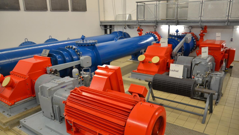 Fränkische Turbinen erzeugen Strom im Fränkischen Seenland: Zwei Aggregate der Weißenburger Firma Ossberger verrichten seit Jahrzehnten ihren Dienst im Krafthaus am Auslass des Großen Brombachsees.