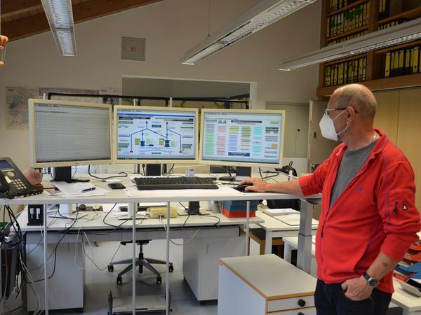 Alles im Blick: Schaltwerker Klaus Besner kontrolliert von seinem Arbeitsplatz in Schlungenhof aus die Wasserüberleitung nach Norden, und er überprüft auch, ob die fünf Wasserkraftwerke störungsfrei arbeiten.