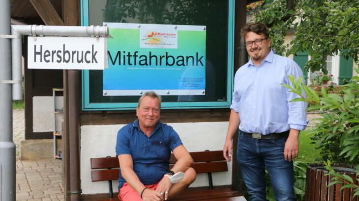 """Werner Pfaffenberger (links) vom Bürgerverein """"Lebendiges Offenhausen"""" und Bürgermeister Martin Pirner weihen die Mitfahrbank ein."""