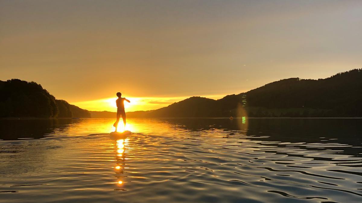 Dem Sonnuntergang entgegen: Stand Up Paddeln am Fuschlsee.