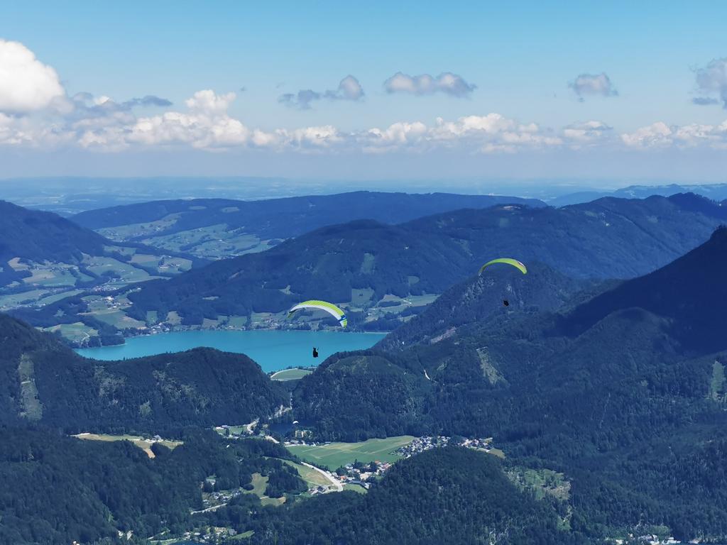 Gleitschirmflieger in der Fuschlseeregion, hier mit Blick auf den Wolfgangsee.