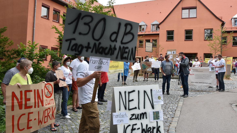 Lautes Hupen, Protestrufe, Plakate: Die Trassengegner der Juraleitung P53 und die Harrlacher Bürger, die sich gegen das angedachte ICE-Werk bei Allersberg stemmen, machen vor und während der Kreisausschusssitzung für ihre Anliegen gehörig Lärm.