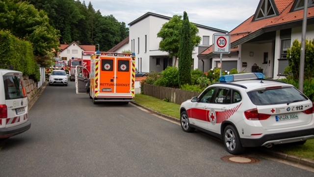 Auch das BRK kam sicherheitshalber mit einem Sanka, glücklicherweise musste aber niemand im Krankenhaus behandelt werden.