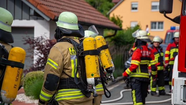 Mit voller Ausrüstung waren die Feuerwehrleute im Einsatz.