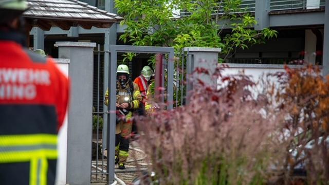 Nach dem Löschen entlüfteten die Feuerwehrleute das Haus.