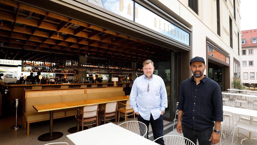 Omar Schmelzer und Jens Brockerhof betreiben im Augustinerhof unter anderem die Brasserie Nitz. Im Sommer lässt sich die Front des Lokals zur großen Terrasse hin öffnen.