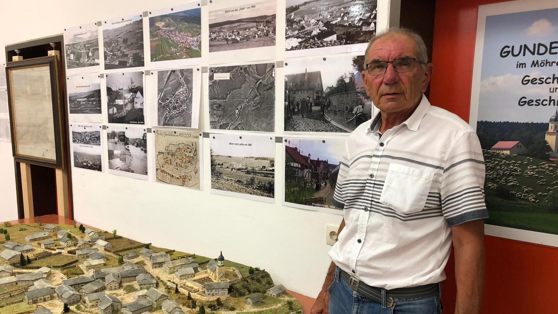 Josef Seel lebt und liebt Gundelsheim. In regelmäßigen Ausstellungen informiert er über