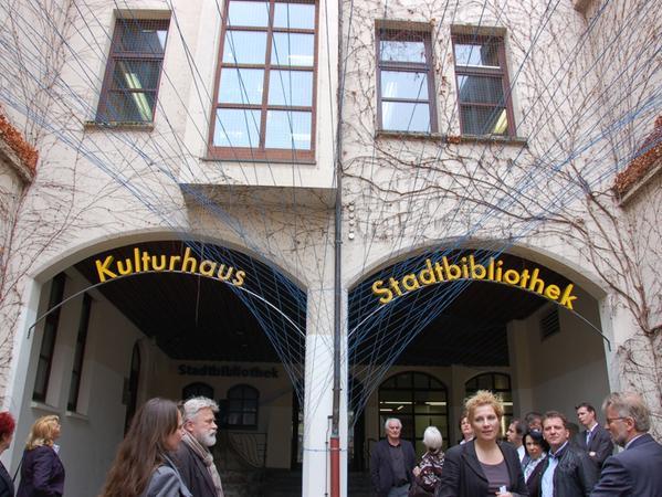 """""""Kulturhaus: Bücherei, Volkshochschule, Medienzentrum, Kulturamt, Galerie. Das Foto entstand bei der Eröffnung."""