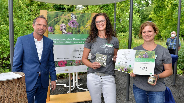 """Mit dem Projekt """"GYM-BEE for Diversity"""" erhielt das Pegnitzer Gymnasium mit den Lehrerinnen Melanie Loew (M.) und Tamara Schickel (r.) einen der beiden Sonderpreise des Bayerischen Biodiversitätspreises durch Umweltminister Thorsten Glauber."""