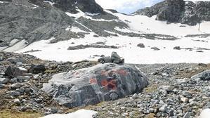 Markierungen auf Steinen zeigen, wo der Gletscher in den vergangenen Jahren endete.