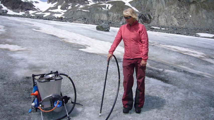 Gletscherforscherin Andrea Fischer bereitet mit einem Dampfbohrer ein Loch für Messsonden vor.