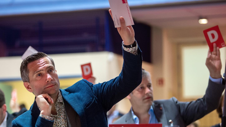 Martin Dulig, Landesvorsitzender der SPD Sachsen, hebt auf dem Landesparteitag der SPD in Leipzig seine Stimmkarte. Einer der angenommenen Anträge beschäftigt sich mit nicht-binärer Toilettenausstattung.