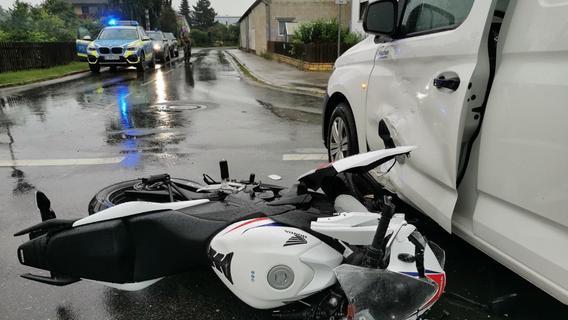 Biker kollidiert auf Wettenhofener Kreuzung mit Caddy